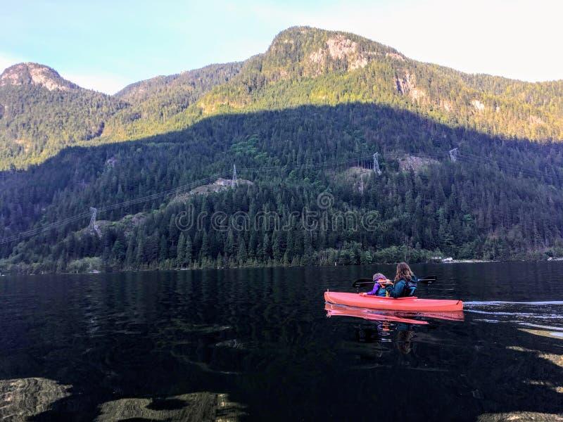 Matka i jej potomstw 5 roczniaka dziewczyna kayaking wpólnie na pięknej spokojnej ocean wodzie Indiańska ręka zdjęcia stock