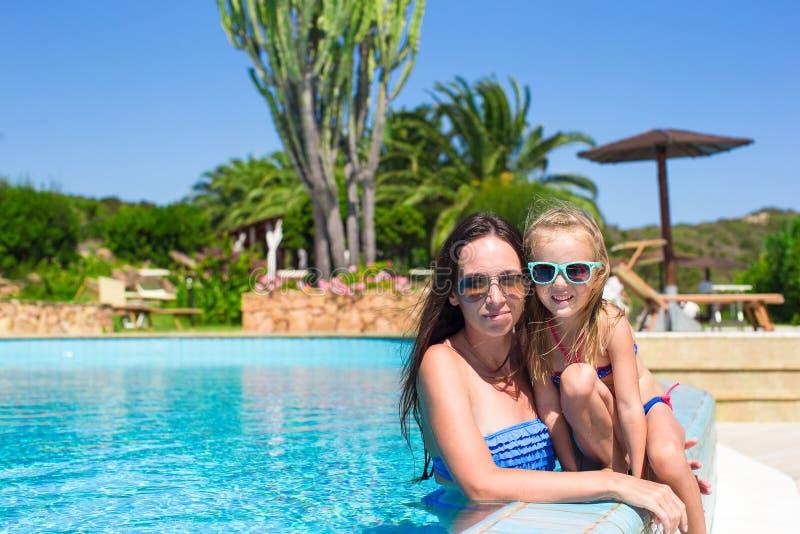 Matka i mała dziewczynka relaksuje w luksusie zdjęcie royalty free