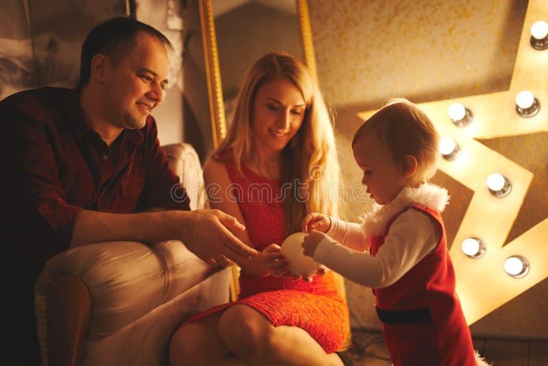 Matka i ojciec bawić się z córką w domu zdjęcie stock