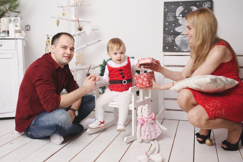 Matka i ojciec bawić się z córką w domu obrazy stock