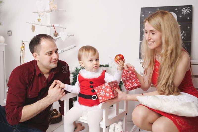 Matka i ojciec bawić się z córką w domu zdjęcia stock