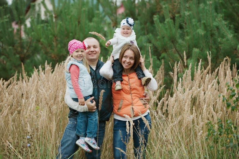 Matka i ojciec z dwa córek portretem zdjęcia stock