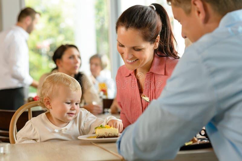 Matka i ojciec z dziecka łasowania tortem obraz royalty free