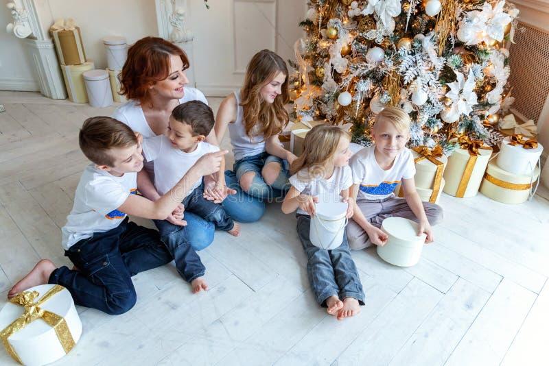 Matka i pięć dzieci zbliżamy choinki w domu zdjęcia royalty free