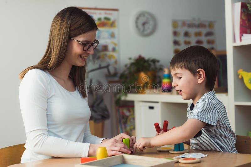 Matka i syn Bawić się wraz z kolorowymi dydaktycznymi zabawkami obrazy royalty free