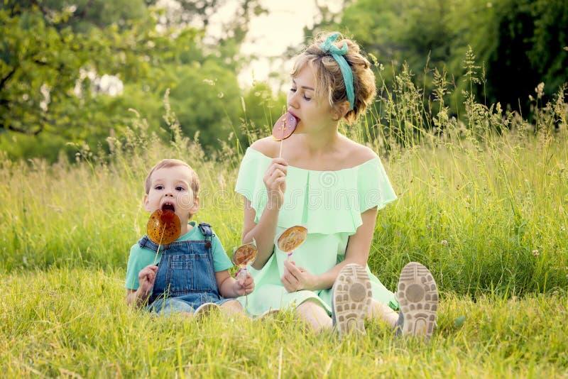 Matka i syn jemy lizaki obrazy royalty free