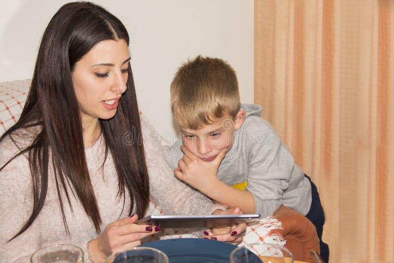 Matka i syn na internecie zdjęcie stock