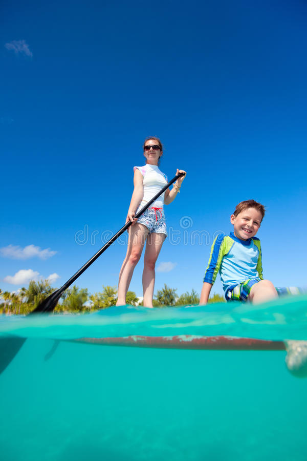 Matka i syn na paddle desce obrazy royalty free