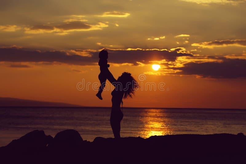 Matka i syn na plaży zdjęcie stock