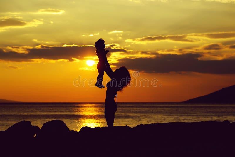 Matka i syn na plaży obraz royalty free