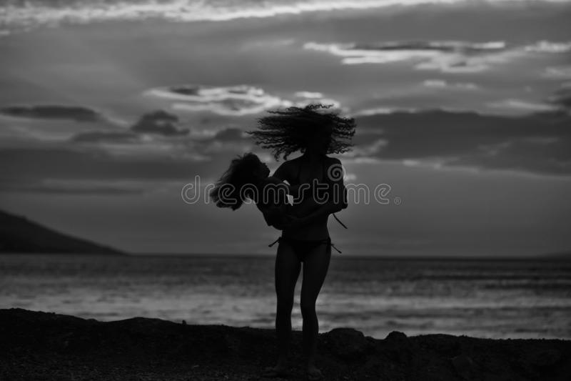 Matka i syn na plaży fotografia royalty free