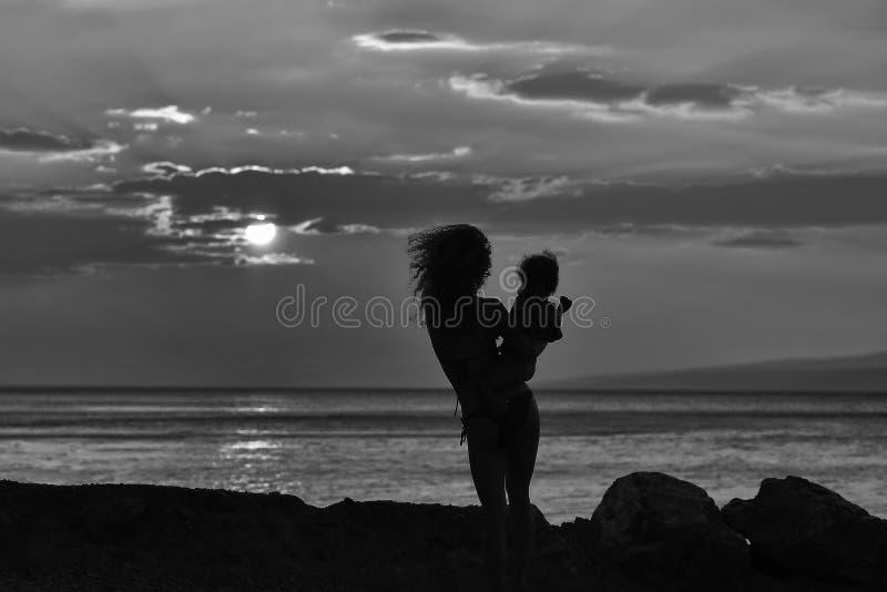Matka i syn na plaży zdjęcia royalty free