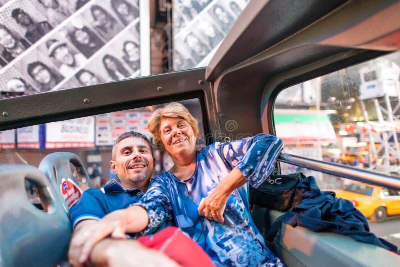 Matka i syn ono uśmiecha się podczas gdy robić selfie w times square, Ne zdjęcie royalty free