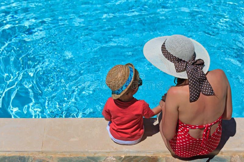 Matka i syn przy pływackim basenem fotografia stock