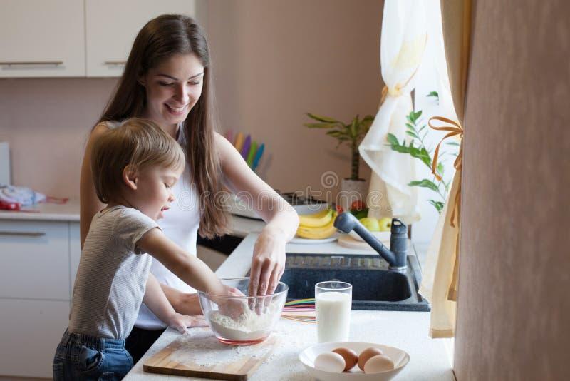 Matka i syn przygotowywamy kulebiaka z mąką fotografia stock