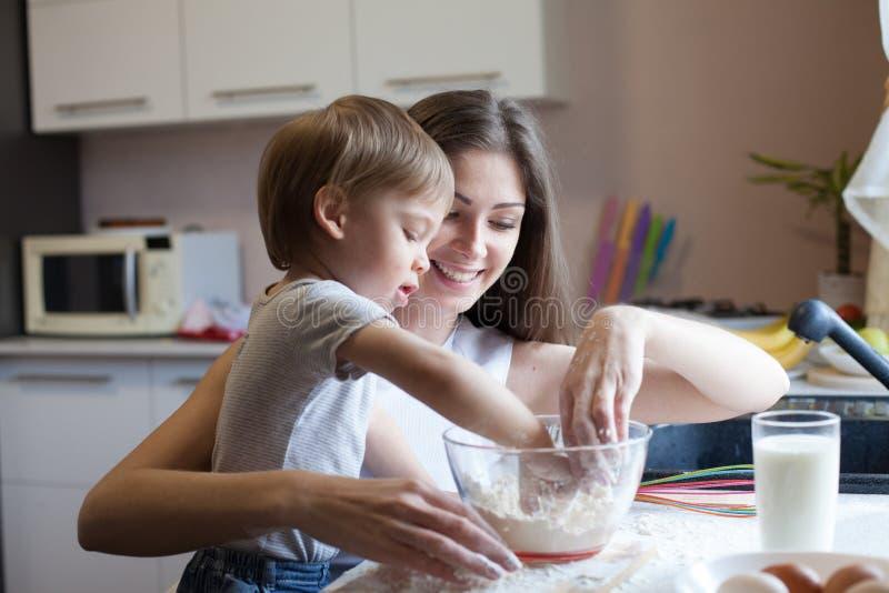 Matka i syn przygotowywamy kulebiaka z mąką obraz royalty free