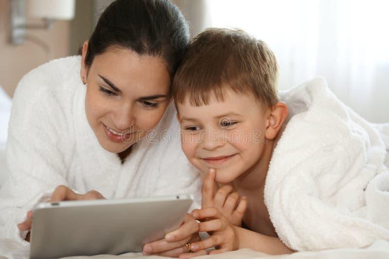 Matka i syn używać pastylki ja target656_0_ zdjęcia stock