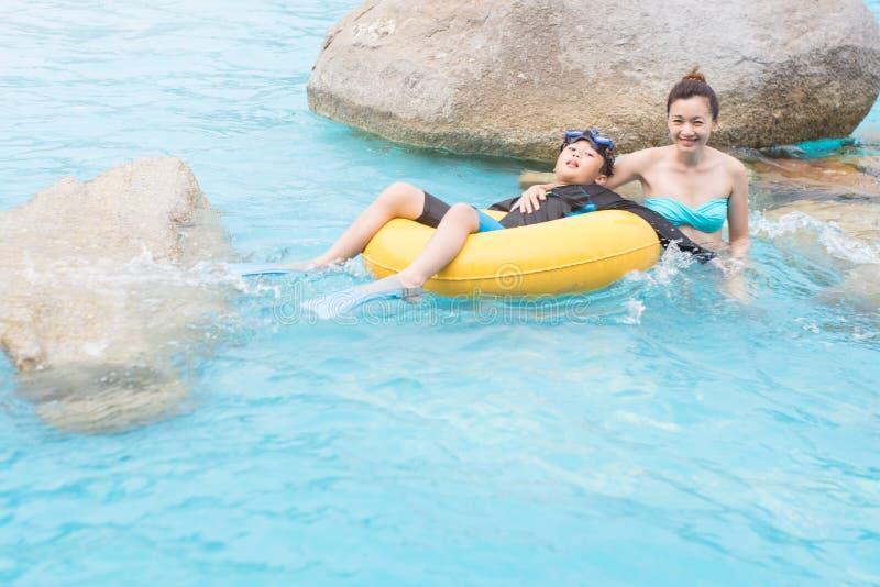 Matka i syn w pływackim basenie zdjęcia royalty free