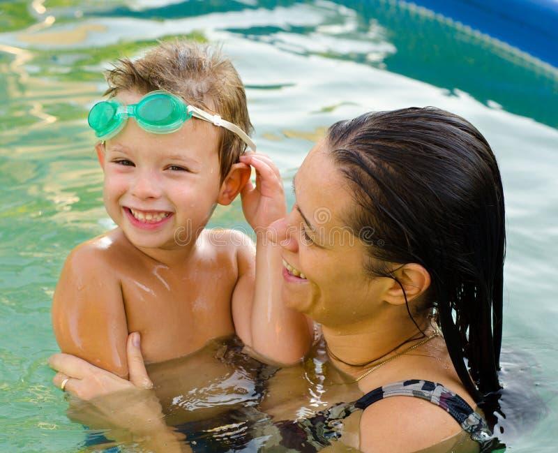 Matka i syn w pływackim basenie zdjęcia stock