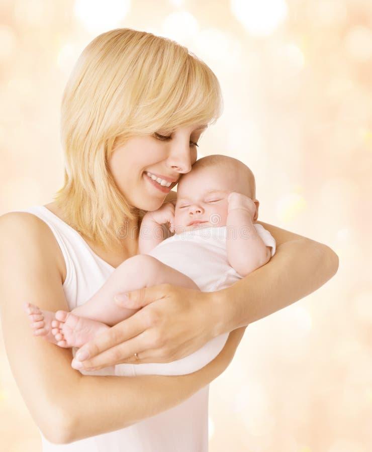 Matka i Sypialny dziecko, Szczęśliwego mama chwyta Nowonarodzony dzieciak na rękach zdjęcia stock