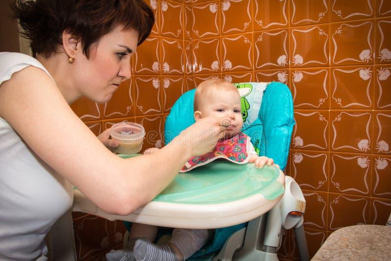 Matka karmi dziecka dziecka puree zdjęcia stock