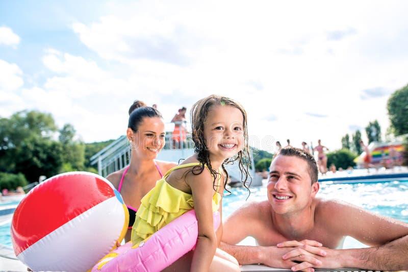 Matka, ojciec i córka w pływackim basenie, sunny lato zdjęcia royalty free
