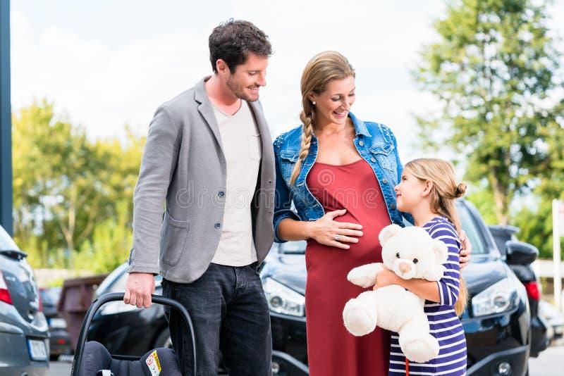 Matka, ojciec i dziecka kupienia samochód przy przedstawicielstwem handlowym, fotografia royalty free