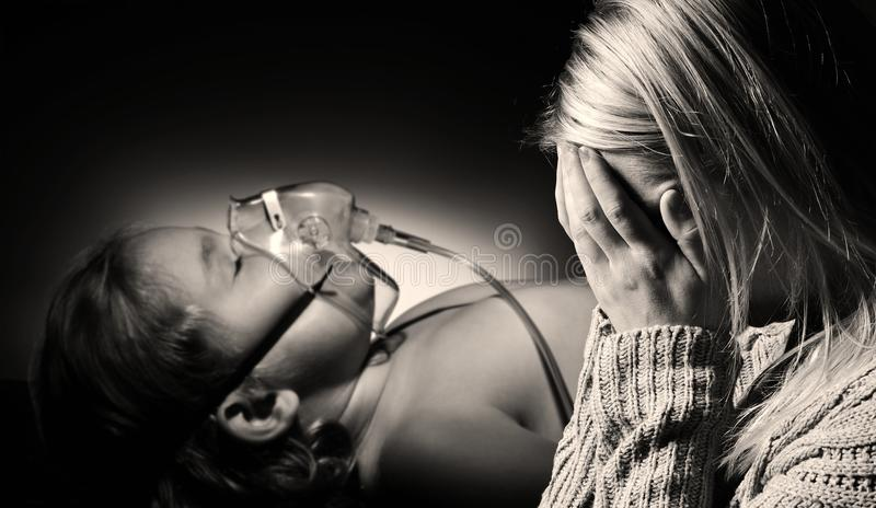 Matka ono modli się dla zdrowie chora córka obrazy stock