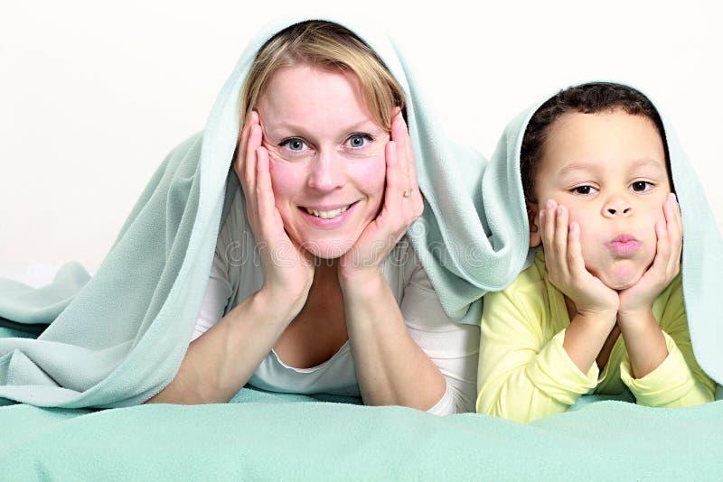 Matka ono uśmiecha się z dzieckiem wpólnie i ma zabawę fotografia royalty free