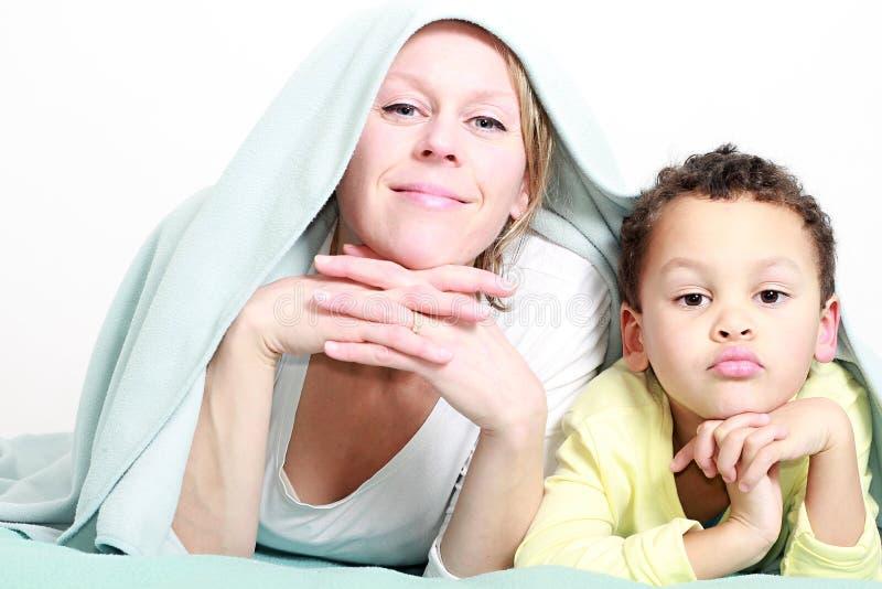 Matka ono uśmiecha się z dzieckiem wpólnie i ma zabawę obrazy stock