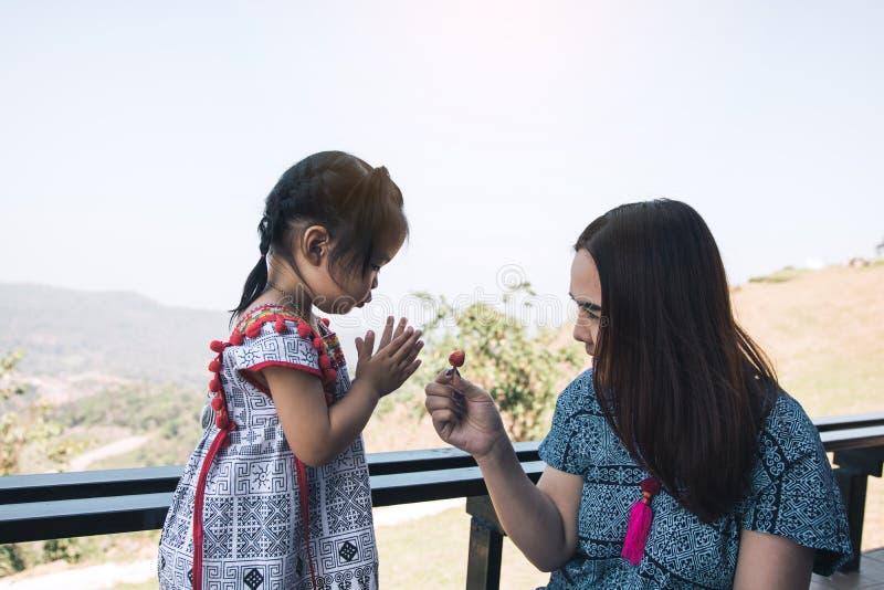 Matka podnosił truskawki dla dzieci i dzieci wyrażali ich dzięki fotografia royalty free