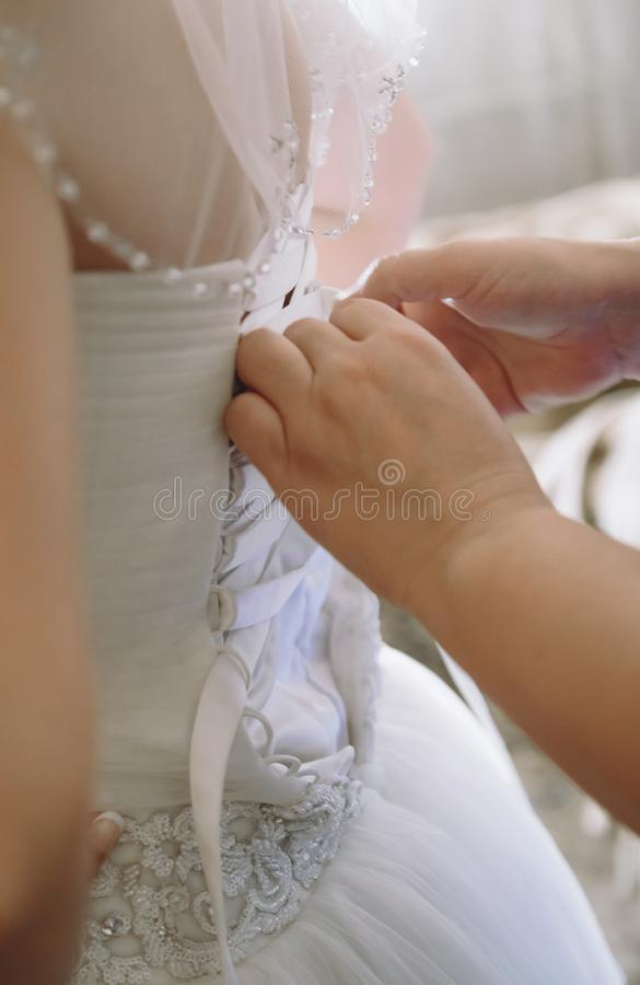 Matka przymocowywa suknię dla pann młodych zdjęcia stock