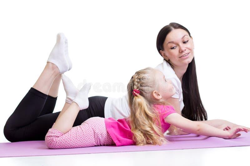 Matka robi fizycznym joga ćwiczeniom wraz z dzieckiem obrazy stock