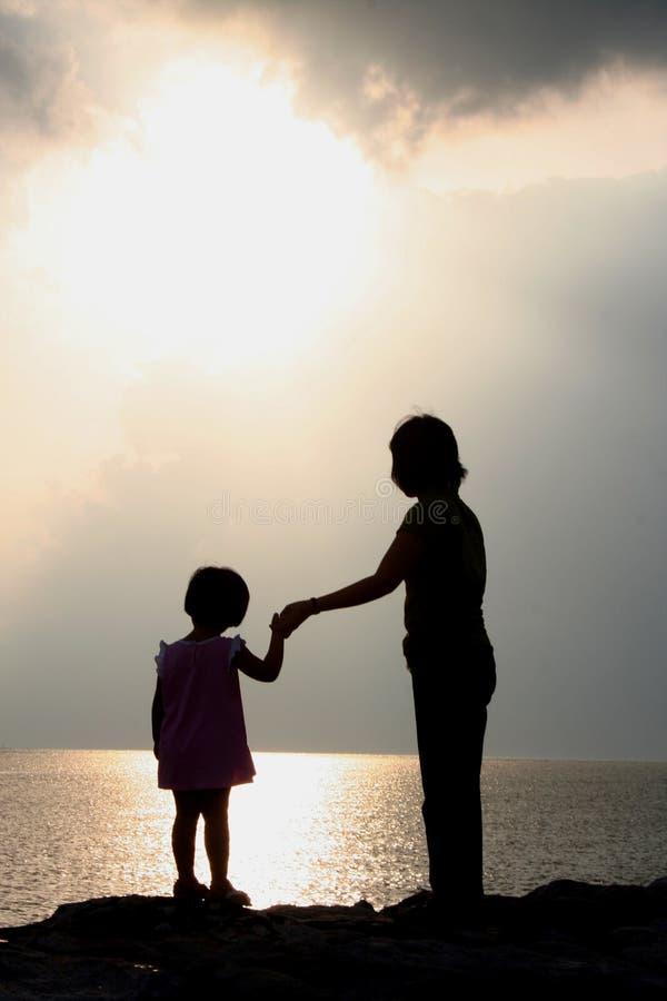 matka sylwetki córki zdjęcie royalty free