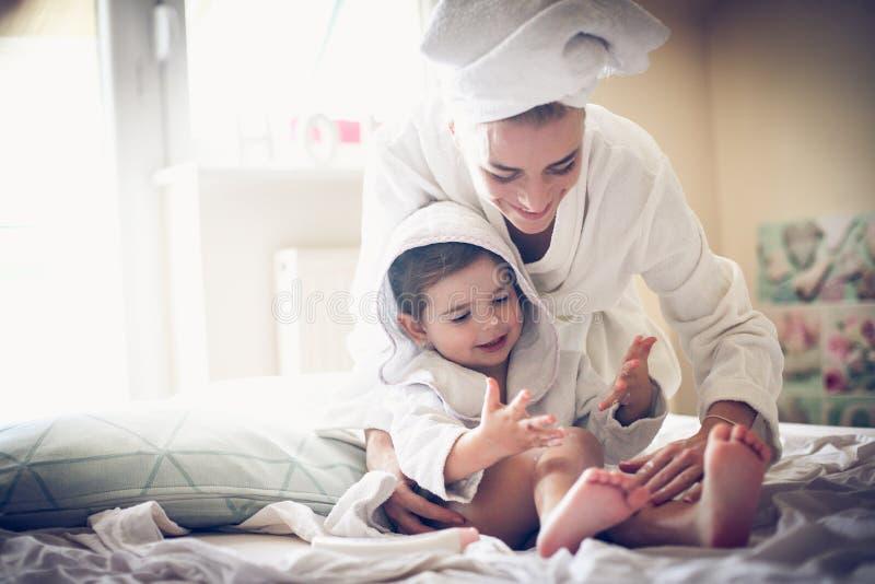 Matka sztukę z jej małą dziewczynką po skąpania zdjęcia stock