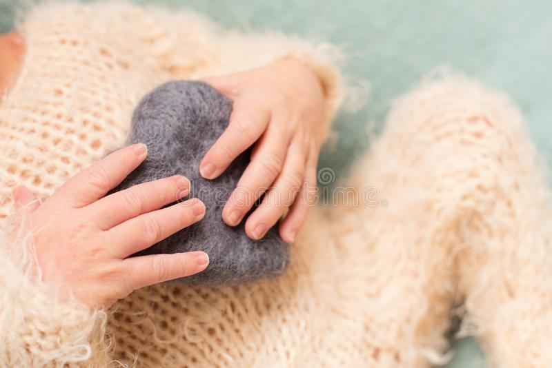 Matka trzyma cieki nowonarodzony dziecko z jej r?kami, palce na opiece, mi?o?ci i rodzinnych u?ci?ni?ciach no?nej, macierzy?skiej obrazy stock