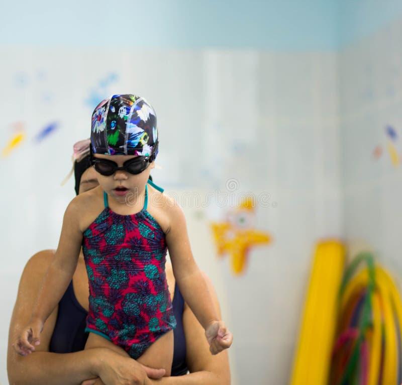 Matka uczy nurkować dziecka fotografia stock