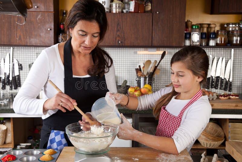 Matka wpólnie i Córka w kuchni zdjęcie stock