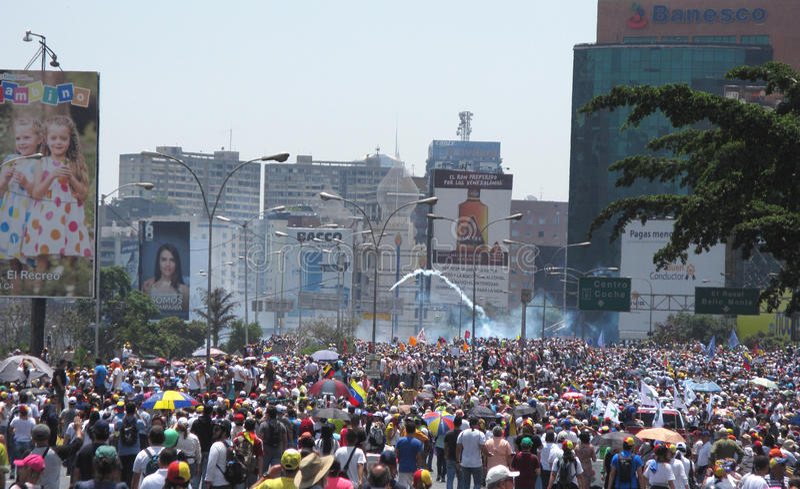 Matka wszystko protestuje w Wenezuela Militar policja zaczynał ostrzału gaz łzawiącego przy protestującymi fotografia stock