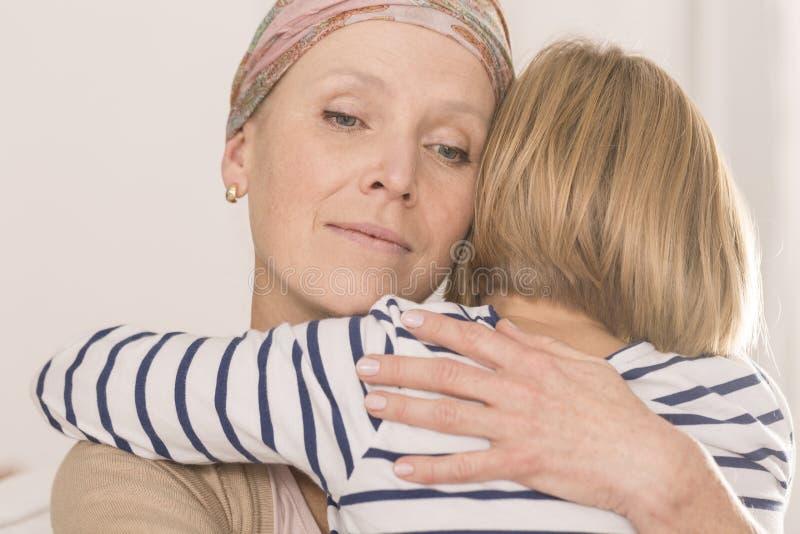 Matka z bolaka przytulenia dzieckiem obrazy stock