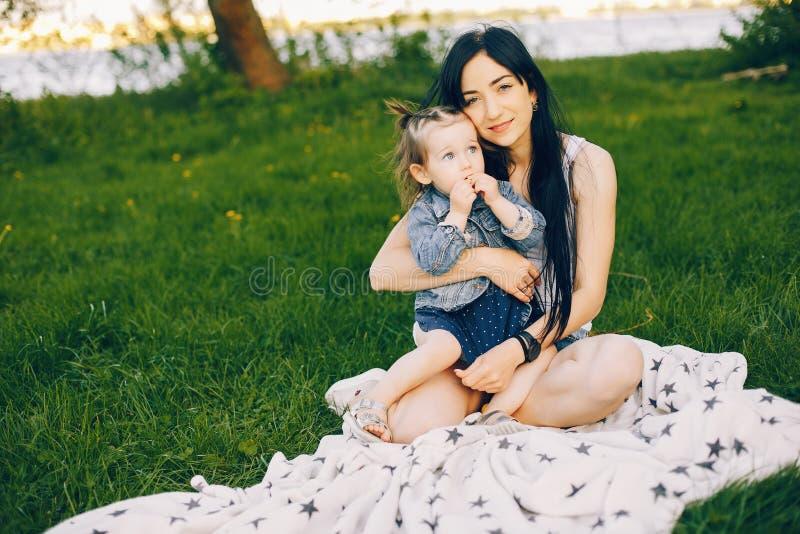 Matka z córką w parku zdjęcie stock