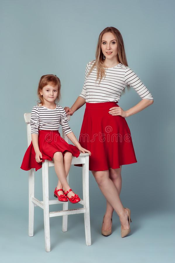 Matka z córka portreta szczęśliwym dzieckiem wpólnie obraz royalty free