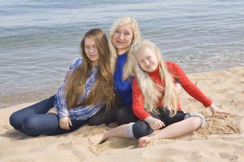 Matka z córkami na morze plaży zdjęcie royalty free