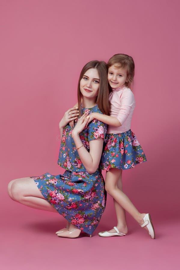 Matka z c?rka portreta szcz??liwym dzieckiem wp?lnie fotografia royalty free