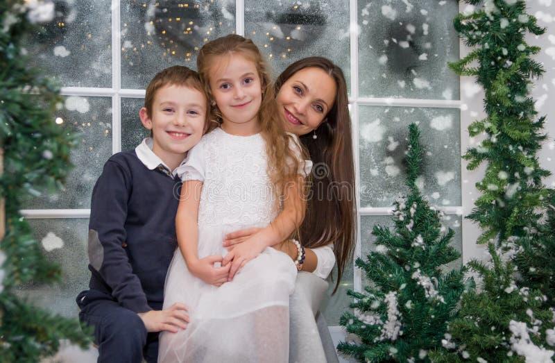 Matka z dwa dziećmi w śnieżnym zimy studiu fotografia stock