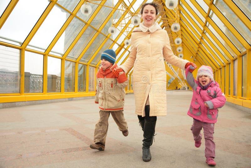 Matka z dziećmi na footbridge obrazy royalty free