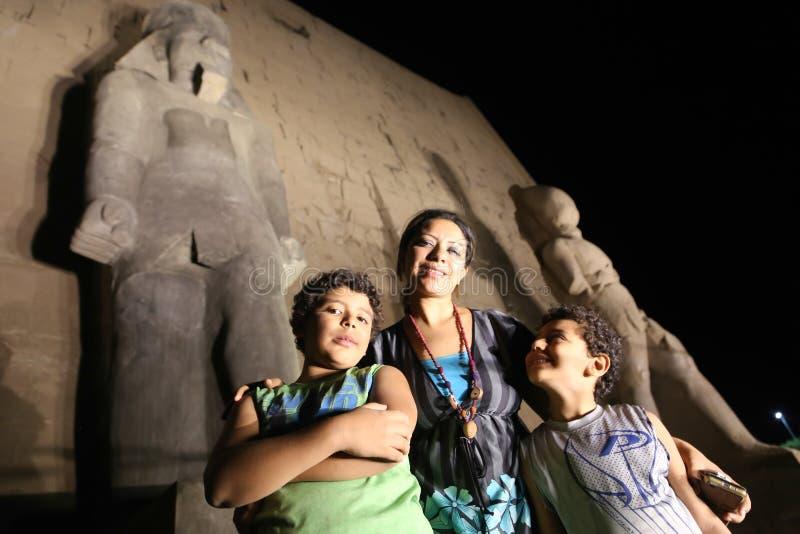 Matka z dziećmi przy świątynią - Egipt fotografia stock