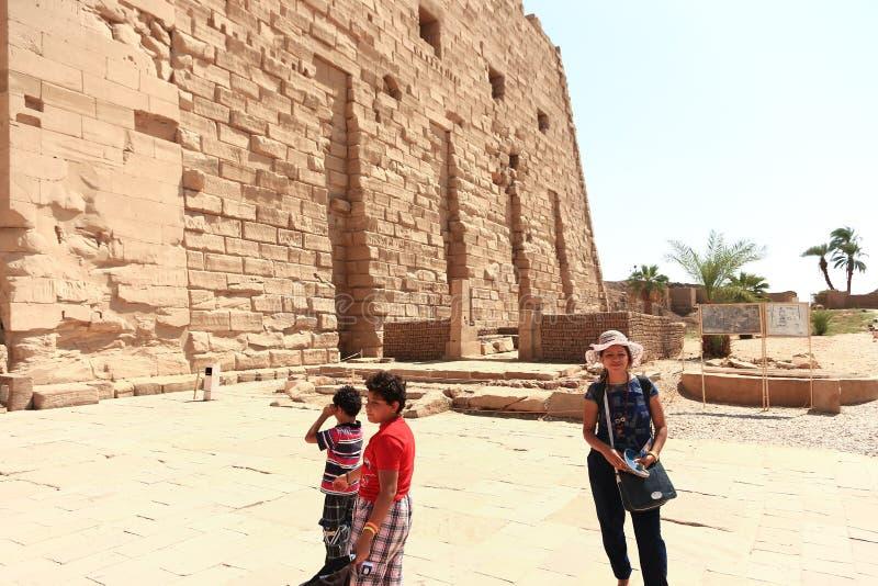 Matka z dziećmi przy świątynią - Egipt zdjęcie stock
