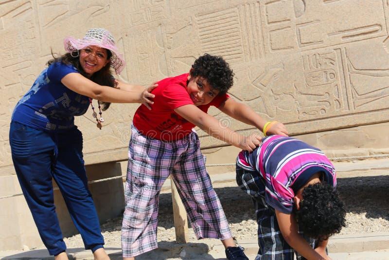 Matka z dziećmi przy świątynią - Egipt zdjęcia stock