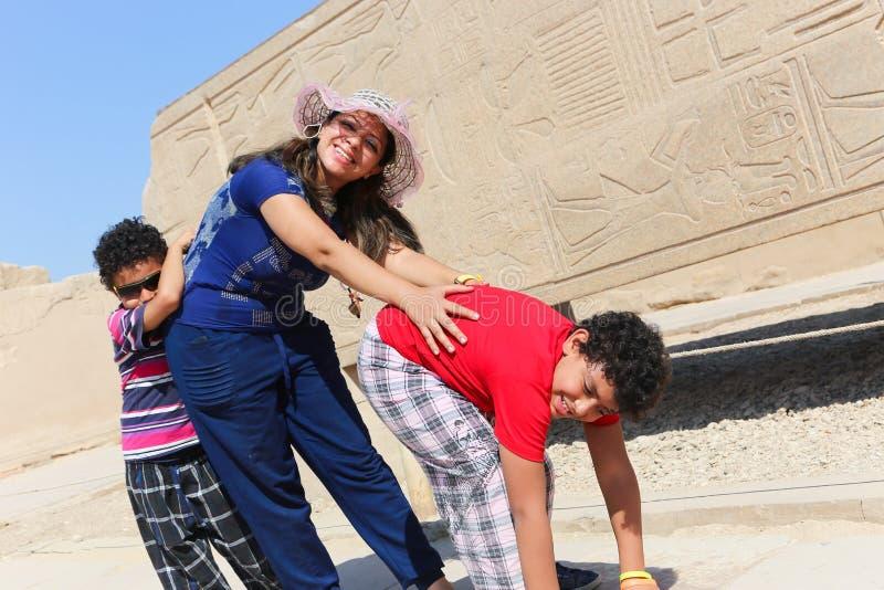 Matka z dziećmi przy świątynią - Egipt obrazy stock
